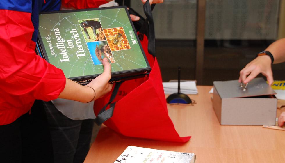 vom Bücher-Flohmarkt-Erlös werden Lehrbücher gekauft